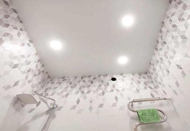 Двухуровневый потолок с декоративной подсветкой в санузел  в Климовичах